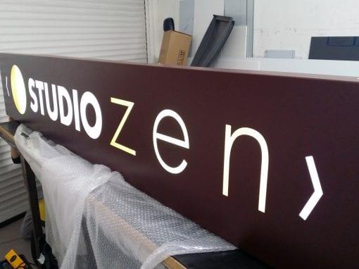 Enseigne lumineuse type caisson pochoir – O Studio Zen
